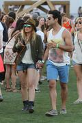 http://img267.imagevenue.com/loc423/th_865019938_Hillary_Duff_Coachella_Valley_Music_and_Arts_Festival28_122_423lo.jpg