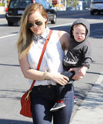 http://img267.imagevenue.com/loc475/th_649460653_Hilary_Duff_out_and_about_in_Hollywood11_122_475lo.jpg