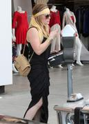http://img267.imagevenue.com/loc506/th_101905585_Hilary_Duff_shopping_at_Intermix8_122_506lo.jpg