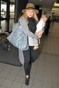 http://img267.imagevenue.com/loc539/th_177062285_Hilary_Duff_arriving_at_LAX6_122_539lo.jpg